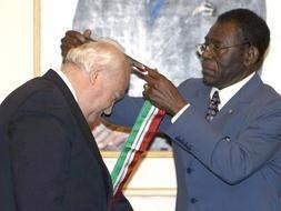 Obiang condecora a Manuel Fraga