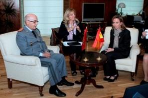 la-ministra-de-defensa-con-el-teniente-general-marroqui-abdelaziz-bennani