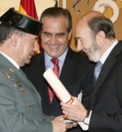 rubalcaba-con-un-general-de-la-guardia-civil