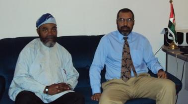 Daniel Oyono y el delegado del Frente Polisario,  Bucharaya en la sede de la RASD en Madrid