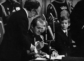 el-rey-firma-la-constitucion-espanola1