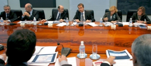 rubalcaba-en-el-consejo-de-ministros-con-motivo-de-la-huelga-encubierta-de-controladores-aereos1