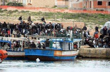 inmigrantes-tunecinos-llegan-a-italia