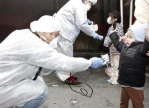midiendo-la-radioactividad-en-japon