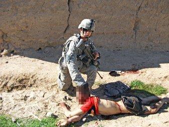 soldado-americano-posando-junto-al-cadaver-de-un-afgano