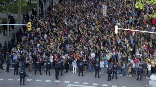 indignados-ante-el-parlamento-de-cataluna1