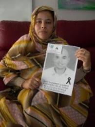 jamila-la-hermana-de-said-muestra-un-retrato-de-su-hermano-pidiendo-justicia