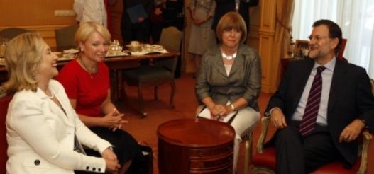 Hilaria Clinton y Mariano Rajoy, con sus respectivas traductoras (Foto: PP)