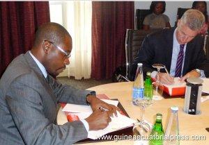 firma-de-acuerdo-entre-entre-gabriel-mbega-obiang-lima-ministro-de-minas-y-la-empresa-vopak