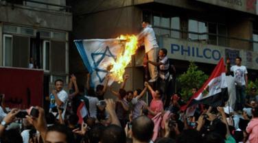 manifestantes-egipcios-asaltan-la-embajada-de-israel