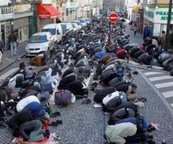 musulmanes-rezando-en-una-calle-de-paris