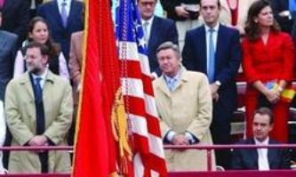 En 2004 Zapatero permanece sentado al paso de la bandera USA. En 2011 nos mete en el escudo antimisiles