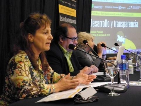 La presidenta de la FAPE, Elsa González, en primer término, en un momento de su intervención en el XVII Foro Eurolatinoamericano de Comunicación.