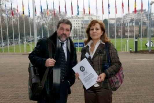 Luís Menéndez y Elsa González sostienen el dossier #sinpreguntasnocobertura a las puertas del Consejo de Europa en Estrasburgo