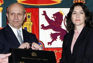 José Ignacio Wert, recogiendo la Cartera de Educación de  Sinde