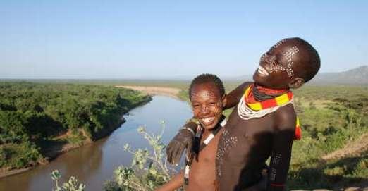 Dos karos junto al río Omo en Etiopía