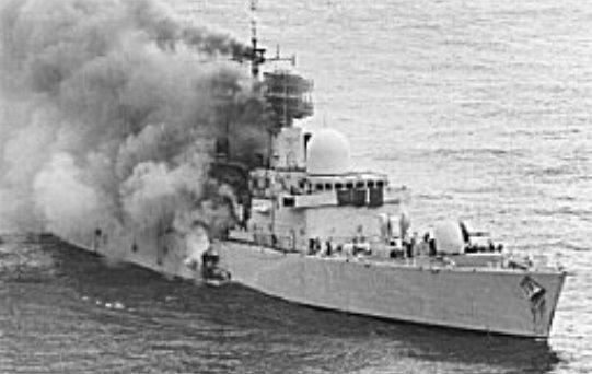 El crucero británico  Sheffield hundido por la aviación argentina