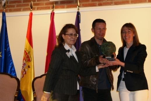 De izquierda a derecha: Elsa González, presidenta de la FAPE; Javier Espinosa y Ana Guarinos, presidenta de la Diputación de Guadalajara