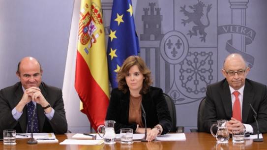 La Vicepresidenta del Gobierno, Sáenz de Santamaría, con los ministros de Economía y Hacienda