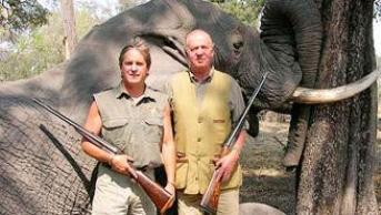 el-rey-de-espana-posa-junto-a-un-pobre-e-inofensivo-elefante-abatido-por-su-fusil-imagen-de-la-web-wwwrannsafariscom