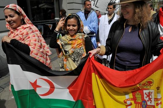 mujeres-saharauis-y-espanolas-portan-banderas-de-espana-y-el-sahara