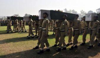 Soldados de Pakistán honrran a los 25 compañeros que mató un helicóptero de la OTAN