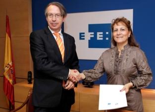 José Antonio Vera, presidente de EFE, y Elsa González, presidenta de la FAPE