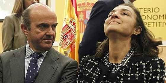 Carmen Vela Olmo a punto de descoyuntarse al ser nombrada Secretaria de Estado de Investigación, Desarrollo e Innovación. Junto a ella, el ministro De Guindos