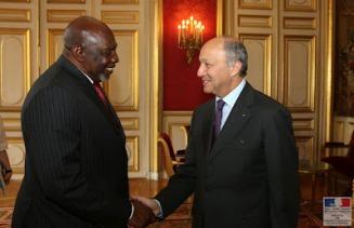 Cheij Modibo Diarra, primer ministro interino de Malí, con el ministro de Exteriores francés Laurent Fabius