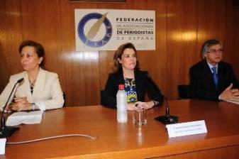 De izquierda a derecha: Elsa González (presidenta de la FAPE), Soraya Sáenz de Santamaría (vicepresidenta del Gobierno) y Nemesio Rodríguez, vicepresidente de la FAPE. Foto PABLO MARTÍN
