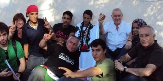 Lafkir Kaziza con Cayo Laea Eugenio Pordomingo y varios amigos de la causa saharaui