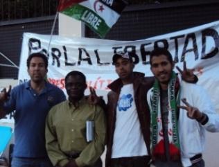 Weja Chicampo con un grupo de saharauis