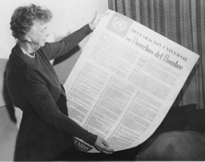 Eleanor Roosevelt sostiene la Declaración Universal de los Derechos Humanos en español