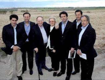 Sheldon Adelson, tercero por la izquierda, visita los terrenos de Eurovegas