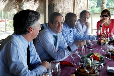 Gómez-Acebo, embajador español en Malabo, con José Bono y otros