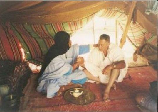 Javier Perote en el Sáhara con un amigo saharaui