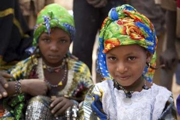 Niñas de Malí en los campamentos de refugiados de su país en el vecino Níger. UNHCR/ H. Caus