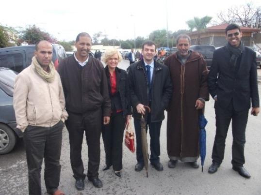 De izquierda a derecha, un amigo de Mohamed Dihani; Brahim Dahane, representante de la ASVDH (Asociación Saharaui de Víctimas de Violaciones Graves de DDHH); los abogados españoles, Magda Such y Luis Mangrané; y el padre y un familiar de Dihani.