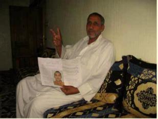 El padre de Mohamed Dihani en su casa de El Aaiún en una foto de Luis Mangrané, abogado del Observatorio aragonés para el Sahara Occidental que lo entrevistó en septiembre.