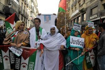 Españoles y saharauis exigiendo la codena de la violación de los derechos humanos en el Sáhara Occidental en la protesta del sábado en Madrid. Foto de Ricardo Aznar.
