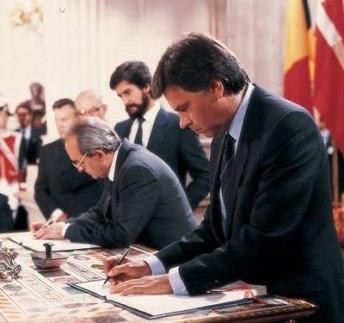Felipe González firma el Tratado de Maastricht! en 1992