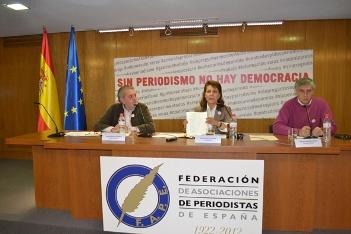 """De izquierda a derecha: Aurelio Martín, Elsa González y Nemesio Rodríguez presentando la campaña """"Sin periodismo no hay democracia"""""""