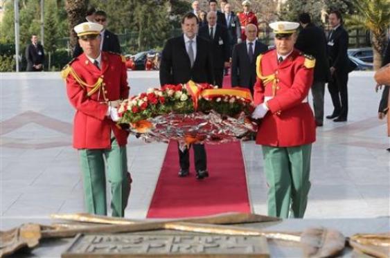 El presidente del Gobierno, Mariano Rajoy, durante la ofrenda floral realizada en el Santuario de los Mártires de Arge. (Foto La Moncloa)
