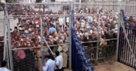Cientos de marroquís, en la zona de seguridad de la frontera de Melilla, en el paso del Barrio Chino (Foto BEATRIZ MESA)