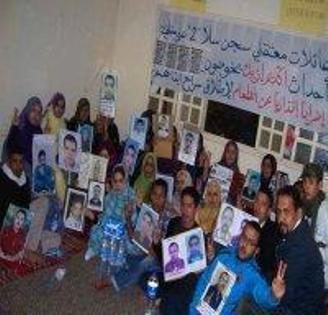 Saharauis pidiendo la libertad de los 27 presos políticos que juzga Marruecos
