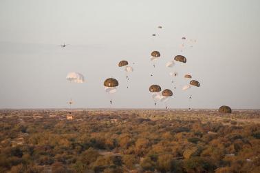 """Paracaidistas franceses durante la """"reconquista"""" de Tombuctú (Malí) el pasado 28 de enero. /  EMA/ECPAD"""