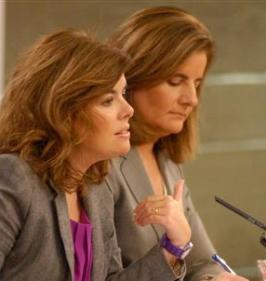 La vicepresidenta del Gobierno,  Soraya Sáenz de Santamaría, y la ministra de Empleo y Seguridad Social, Fátima Báñez