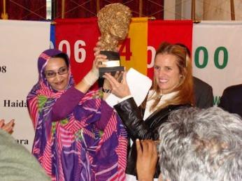 Kerry Kennedy con Aminetu Haidar a la que entregó el premio de su fundación Robert F. Kennedy por su lucha por los derechos humanos.