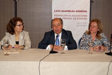 De izquierda a derecha: Elsa Gonzalez; José Torres Hurtado, alcalde de Granada; y Encarna Ximénez de Cisneros.