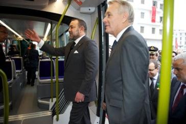 El  primer ministro Jean-Marc Ayrault durante su visita en diciembre a Casablanca donde inauguró el tranvía construido por empresas francesas.